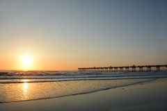 Beau lever de soleil au-dessus de l'océan et du pilier Images libres de droits
