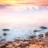Beau lever de soleil au-dessus de la côte rocheuse Image libre de droits