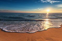 Beau lever de soleil au-dessus de la mer Ressacs lavant le rivage Images stock