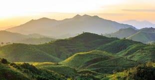 Beau lever de soleil au-dessus de la montagne à l'oof occidental Thaïlande Photographie stock libre de droits