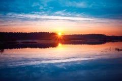 Beau lever de soleil au-dessus du lac calme, rivière en automne Coucher du soleil Photos libres de droits