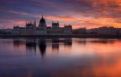 Beau lever de soleil au-dessus du Parlement à Budapest Photographie stock libre de droits