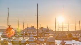 Beau lever de soleil au-dessus du port dans le timelapse du Monaco clips vidéos