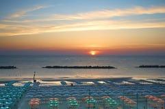 Beau lever de soleil au-dessus de la mer Le concept des vacances d'?t? images libres de droits