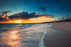 Beau lever de soleil au-dessus de la mer tropicale Image stock