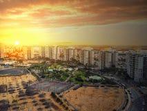 Beau lever de soleil au-dessus de secteur résidentiel Photo libre de droits