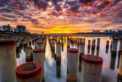 Beau lever de soleil au poteau de construction d'abandone Images libres de droits