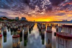 Beau lever de soleil au poteau de construction d'abandone Photographie stock libre de droits