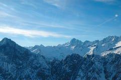 Beau lever de soleil aux montagnes avec des nuages Images libres de droits