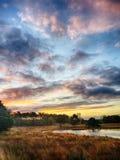 Beau lever de soleil avec des couleurs stupéfiantes aux Pays-Bas photographie stock libre de droits