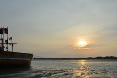 Beau lever de soleil avec le bateau à la plage Photographie stock libre de droits