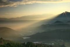 Beau lever de soleil avec le ciel et la montagne clairs Images libres de droits