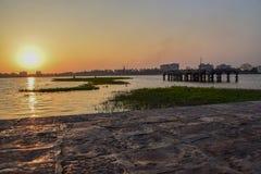 Beau lever de soleil chaud et rouge dans la ville de l'Inde photographie stock