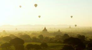 Beau lever de soleil chez Bagan, Myanmar Photo libre de droits