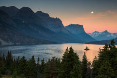Beau lever de soleil coloré au-dessus de St Mary Lake et île sauvage d'oie en parc national de glacier images libres de droits