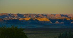 Beau lever de soleil de coucher du soleil dans le lac de montagnes de sable de l'Arizona images libres de droits