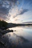 Beau lever de soleil déprimé au-dessus de lac calme Photos libres de droits