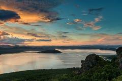 Beau lever de soleil dans le Golfe de Vladimir Photos stock