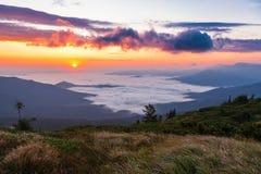 Beau lever de soleil dans les montagnes Photos libres de droits