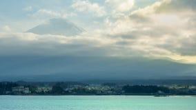 Beau lever de soleil de vue de ciel de fin jusqu'à la montagne Fuji au kaw photographie stock libre de droits