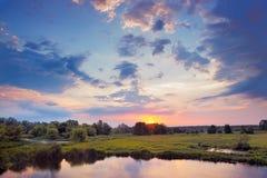 Beau lever de soleil et nuages excessifs sur le ciel. Photographie stock libre de droits