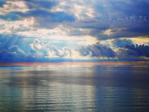 Beau lever de soleil lumineux dans l'océan, les couleurs lumineuses de l'émeute de couleurs Image stock