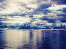 Beau lever de soleil lumineux dans l'océan, les couleurs lumineuses de l'émeute de couleurs Photographie stock libre de droits