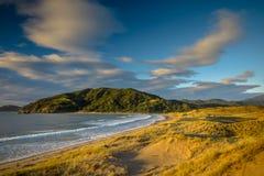 Beau lever de soleil Nouvelle-Zélande de baie de Waikawau photo libre de droits