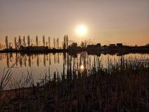 Beau lever de soleil orange au-dessus d'une surface paisible de l'eau de la rivière Sava photos stock