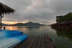 Beau lever de soleil pendant le matin sur le lac Photographie stock