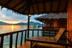 Beau lever de soleil pendant le matin sur le lac Images libres de droits