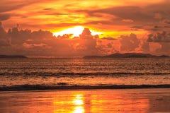Beau lever de soleil sur la mer tropicale photo stock