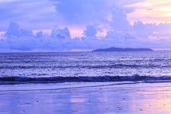 Beau lever de soleil sur la mer tropicale image stock