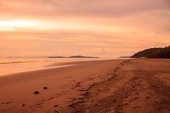Beau lever de soleil sur la mer tropicale photos stock