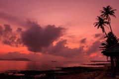 Beau lever de soleil sur la mer tropicale images stock
