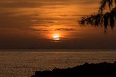 Beau lever de soleil sur la plage en île de Phuket Images libres de droits