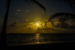 Beau lever de soleil sur la plage de Punta Cana avec le soleil réfléchissant sur la mer et le sable humide photo stock