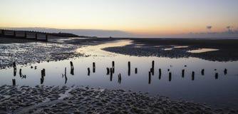 Beau lever de soleil tranquille au-dessus de plage de marée basse image libre de droits