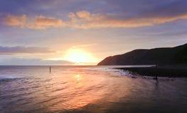 Beau lever de soleil vibrant chaud au-dessus d'océan Photo libre de droits