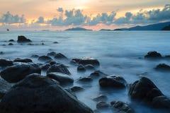 Beau lissez la vague avec le premier plan en pierre noir Photo stock