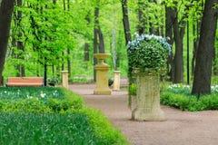Beau lit de fleur sur un piédestal dans le jardin de Neskuchny, un des parcs publics de les plus populaires à Moscou images libres de droits