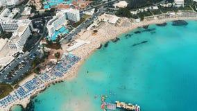 Beau littoral de la Chypre, la mer Méditerranée de couleur de turquoise Chambres sur la ville de touristes de côte méditerranéenn banque de vidéos