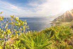 Beau littoral méditerranéen montagneux avec la fusée du soleil et de lentille images stock