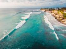 Beau littoral tropical avec l'océan de turquoise et vagues dans Bali Silhouette d'homme se recroquevillant d'affaires Image stock