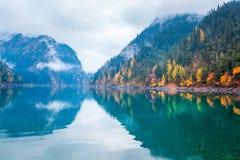 Beau long lac dans le jiuzhaigou d'automne Photographie stock libre de droits