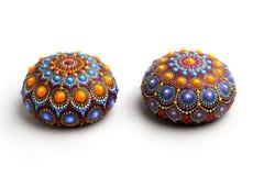 Beau mandala peint à la main sur les pierres, d'isolement images libres de droits