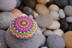 Beau mandala peint à la main sur une pierre de mer photo libre de droits