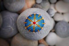 Beau mandala peint à la main sur une pierre de mer photos stock