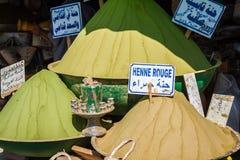 Beau marché oriental vif avec des paniers pleins du divers spi Photos stock