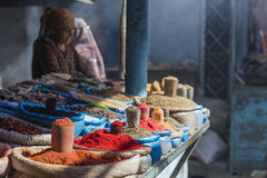 Beau marché oriental vif avec des sacs pleins de diverses épices Images stock